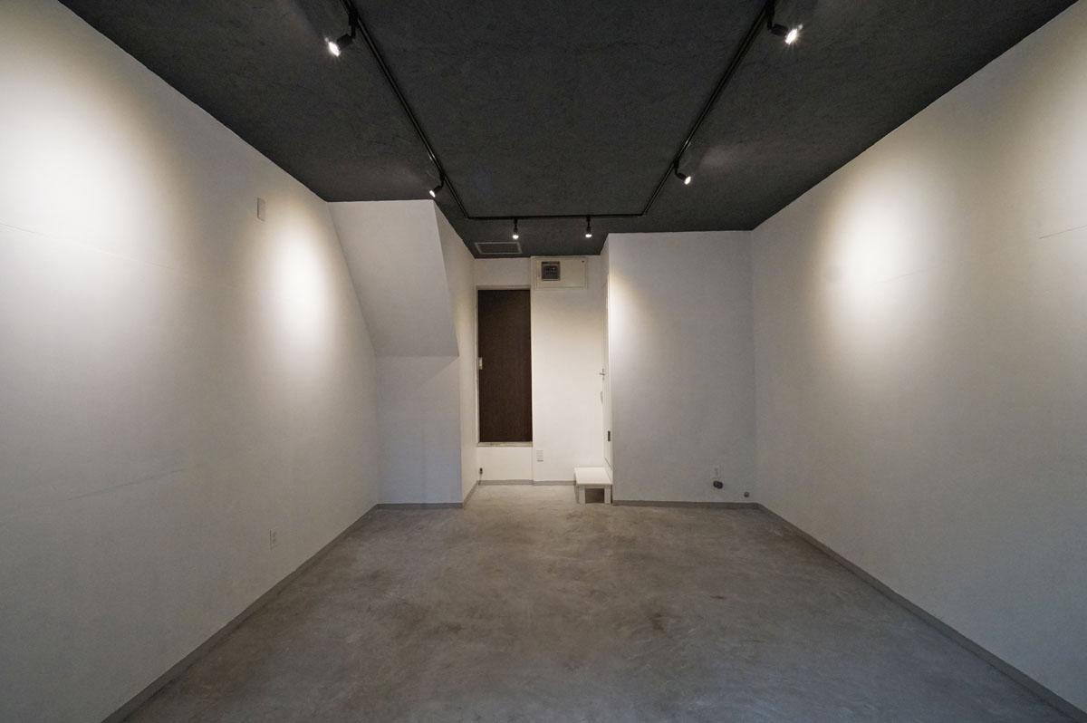 モルタル床×白壁×黒い天井(写真中央のドアは今後工事により行き来できないよう塞ぎます)