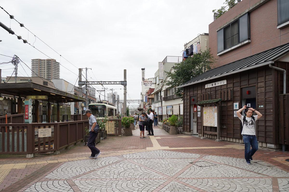 商店街入口脇には昭和タイムスリップ感のある都電荒川線「三ノ輪橋」駅があります