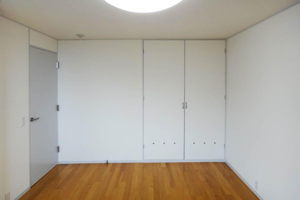 約8.2畳の洋室はしっかりと収納があります