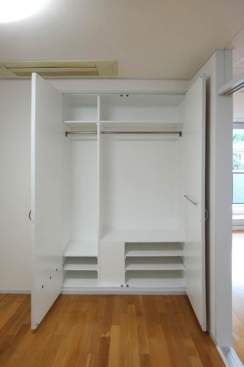 収納内は棚やハンガーパイプで分けられているので有効活用できそう