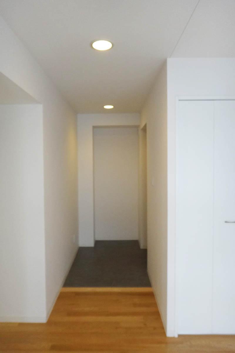 玄関は広めですが、収納がないため、設置等が必要