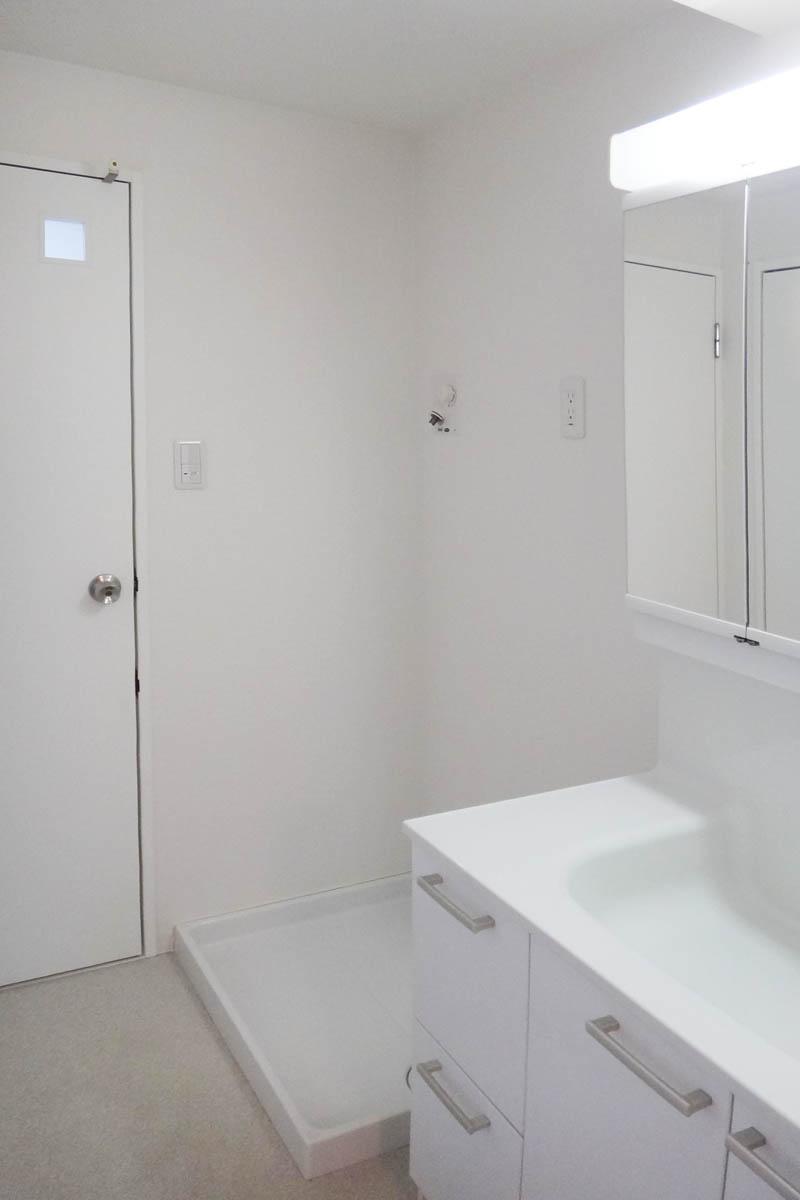 洗面室は広々、ゆとりがあります