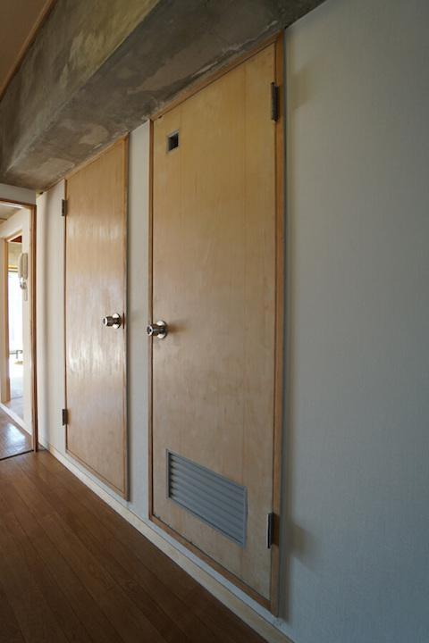 トイレと思いきや収納の扉