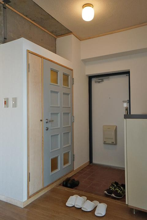 トイレの扉は元リビングの扉。トイレなので、曇りガラスを少なくしました