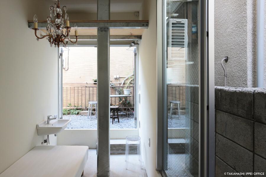Room 08:北側の部屋ですが、玄関の扉を開けると開放的に
