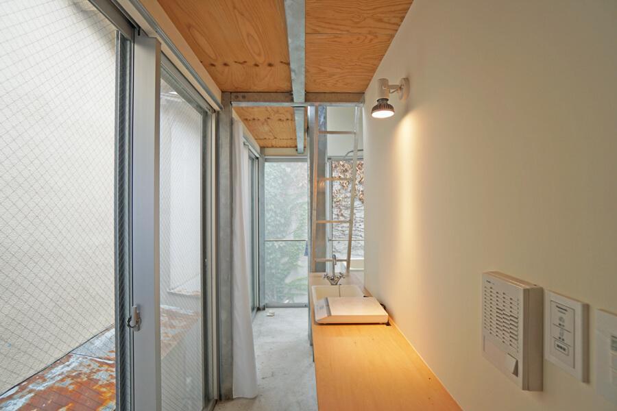 Room 06:細長い部屋のほとんどをカウンターが占めています