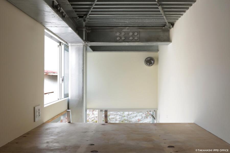 Room 06:ハシゴを上るとこのロフト。写真左側の窓の外に小さなテラスがあります