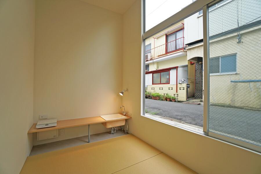 Room 07:低いカウンターに流しと調理スペースが。この高さで調理すると、黙々と作業ができます