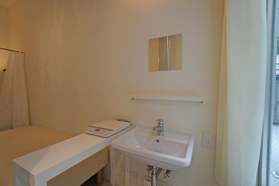 Room 08:洗面台を兼ねた流し。脇の机は調理台に