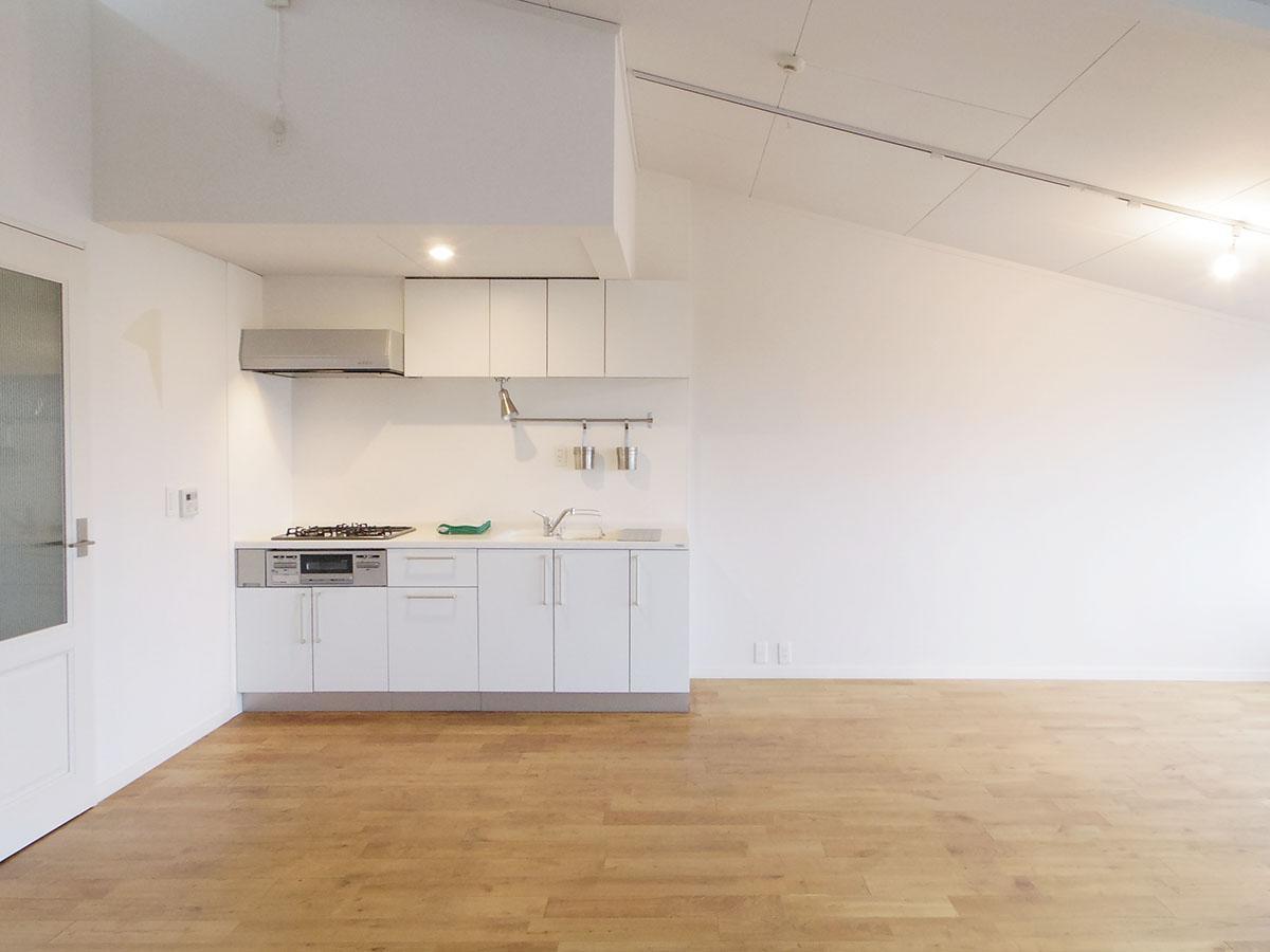 キッチンは隅の方に。好みの棚を置いて、食器や家電を置くスペースを確保しましょう