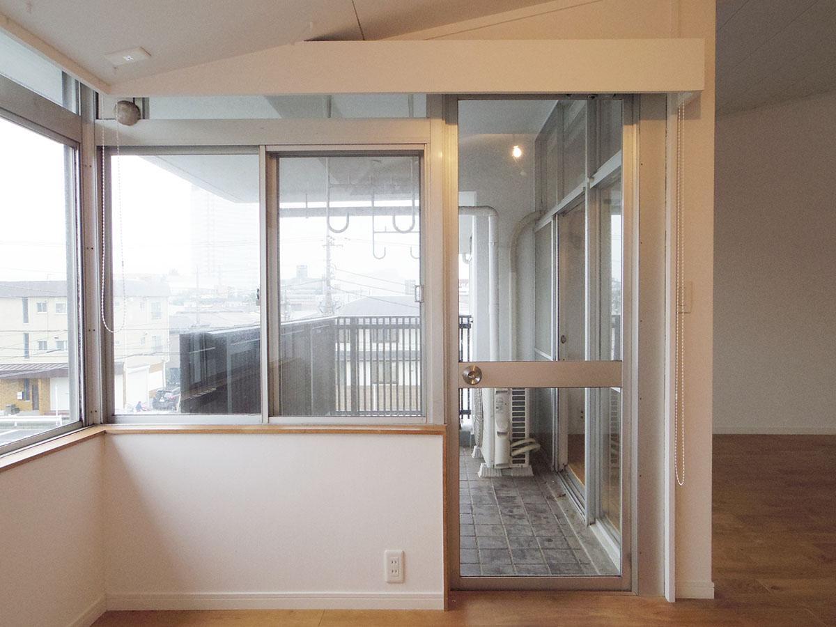 掃き出し窓以外にもバルコニーにアクセスできる扉が1カ所