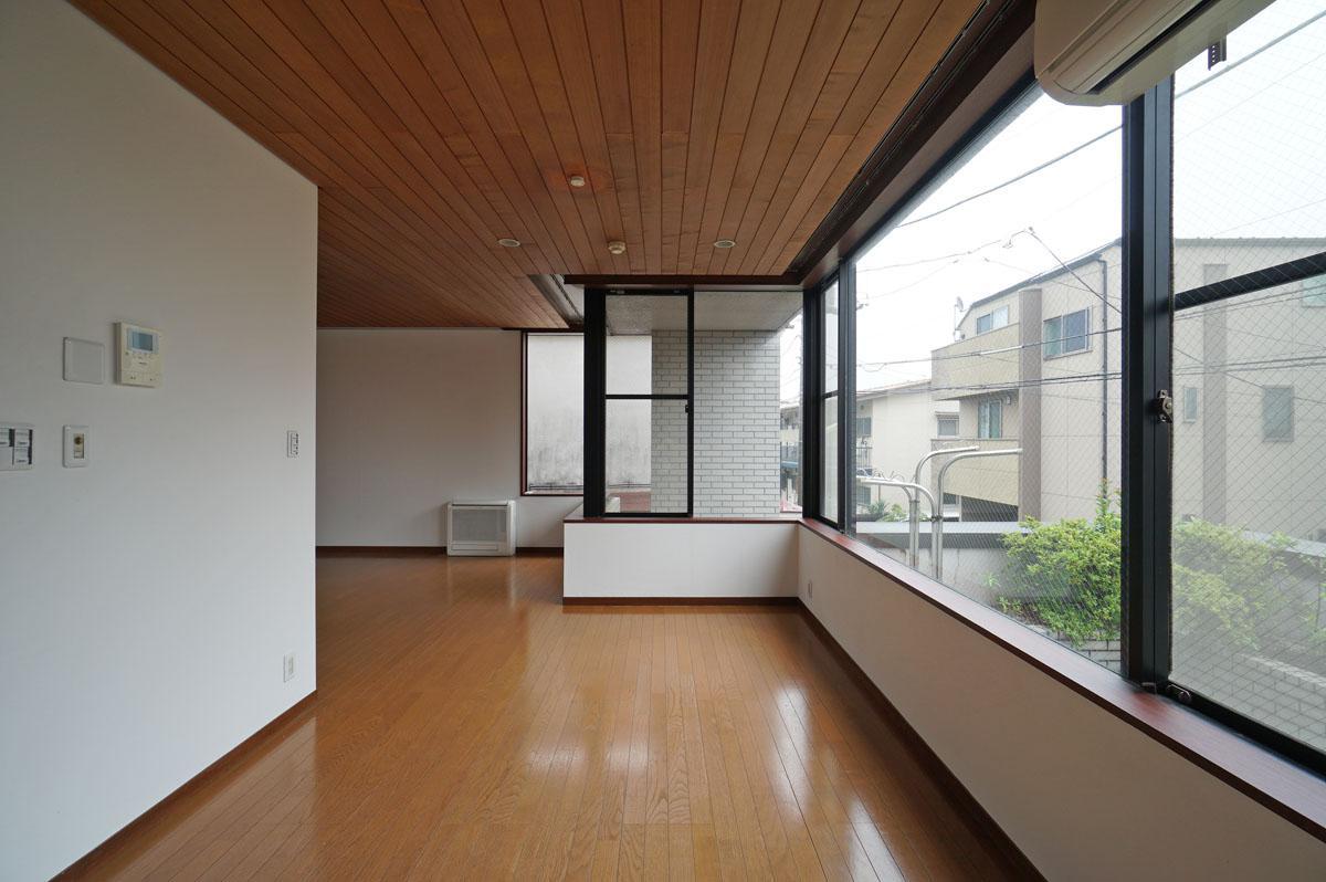 窓がL字型につなげられるのは壁式構造の建物ならでは