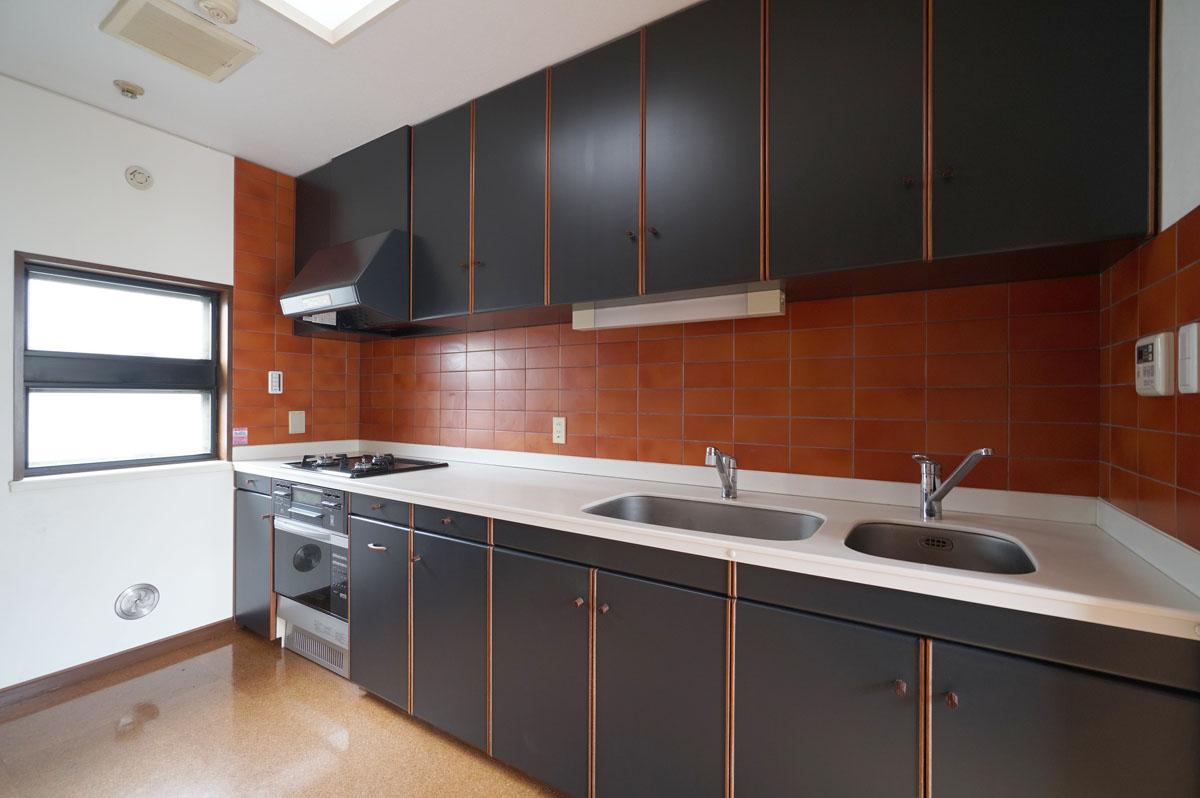 既存を利用したキッチンは扉を黒く塗装しました