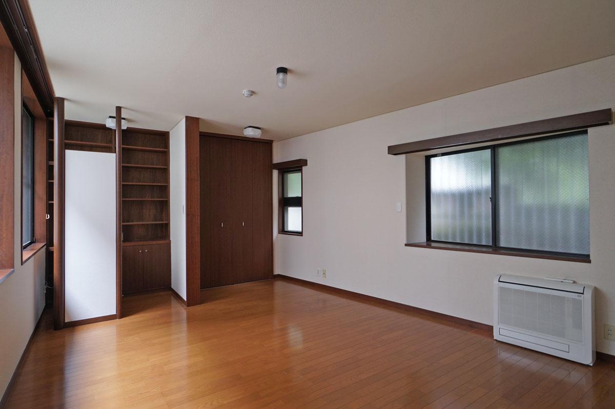 1階洋室は窓辺の書斎の雰囲気がいいんです