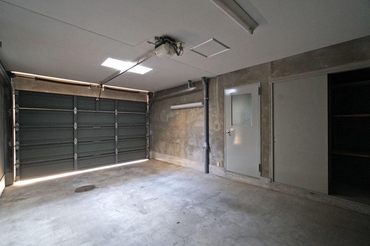2階バルコニーの床の一部がガラスブロックになっているため、ガレージにも光が入ります