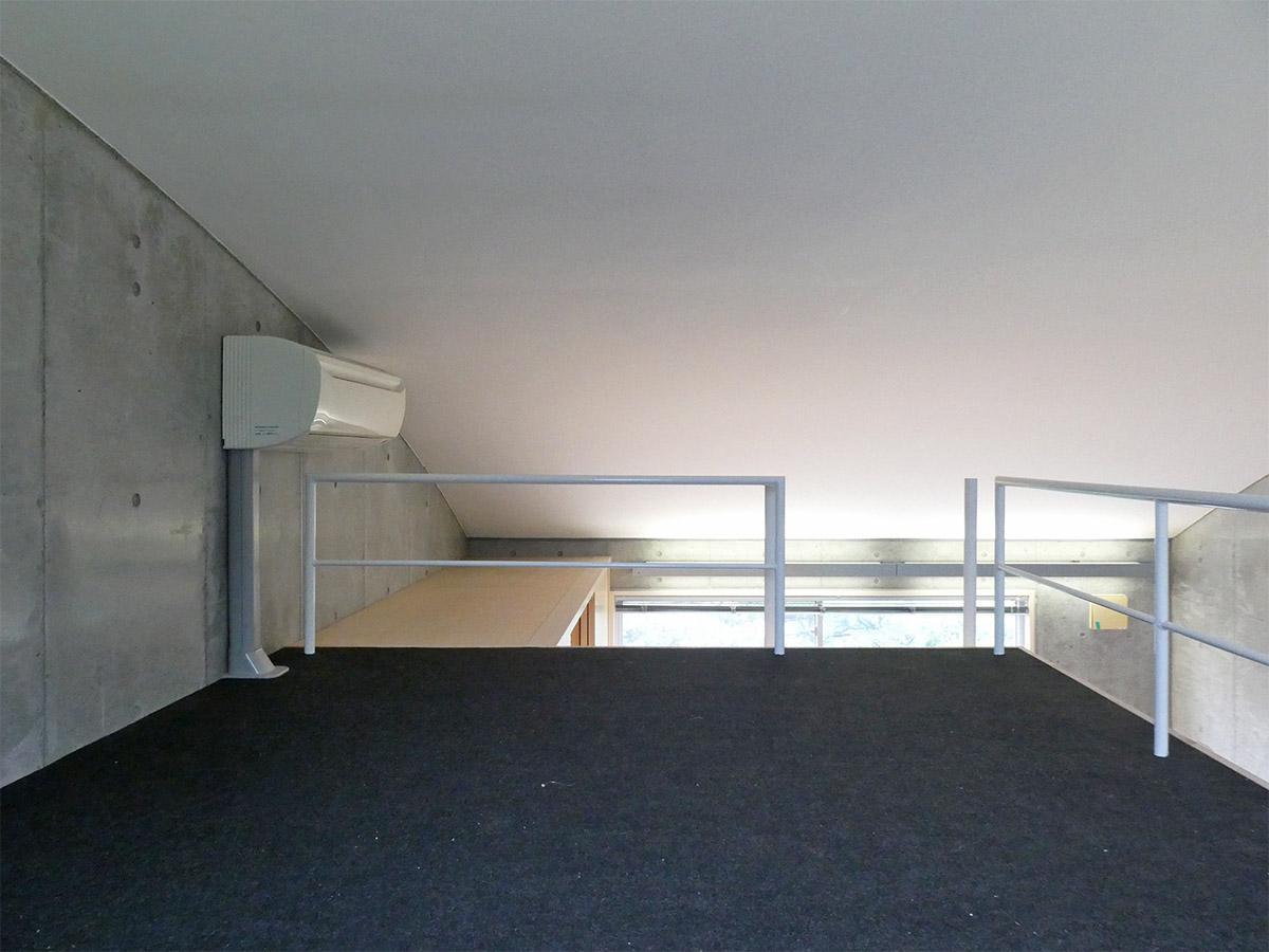 天井高1.8mのロフト。天井はゆるいカーブを描く