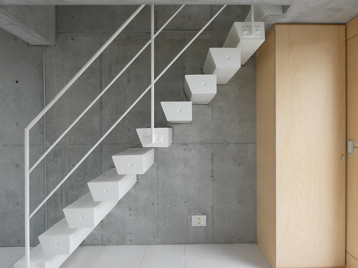 階段はスキマが空いているタイプ