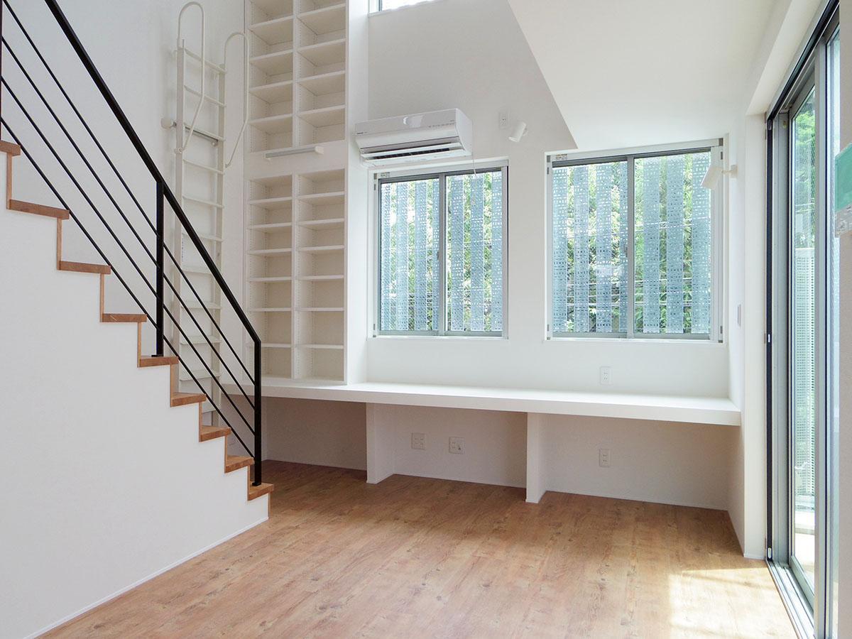 A号室。窓が多く、明るい光と心地よい風が吹き抜ける室内