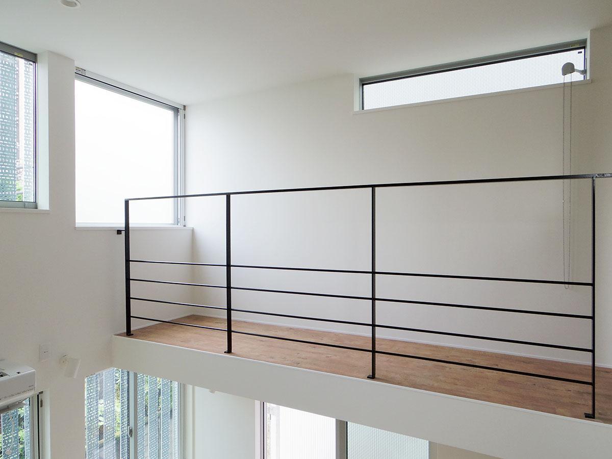 A号室。寝室から窓面に向かってつながるスペースはギャラリーのような雰囲気