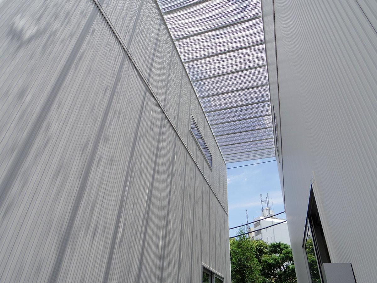 テラスの上は透明の屋根が付いている