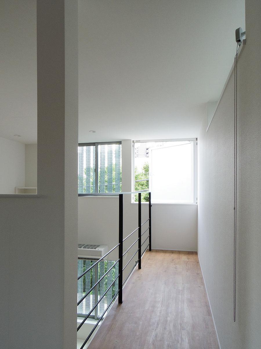 大きな窓に向かって伸びるスペース