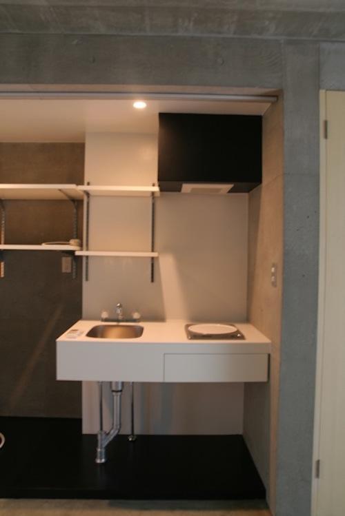 キッチン、収納棚、洗濯機置き場は集約されています