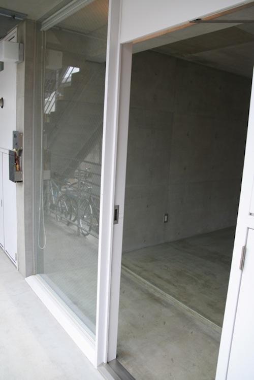 ほぼフラットの玄関。ガラス面はロールスクリーンで隠せます
