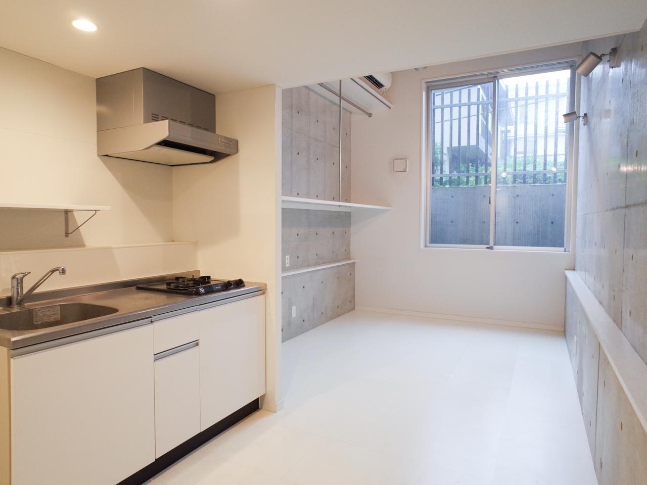 奥の居室部分は天井が高く、手前のキッチンスペースはゆとりがあります