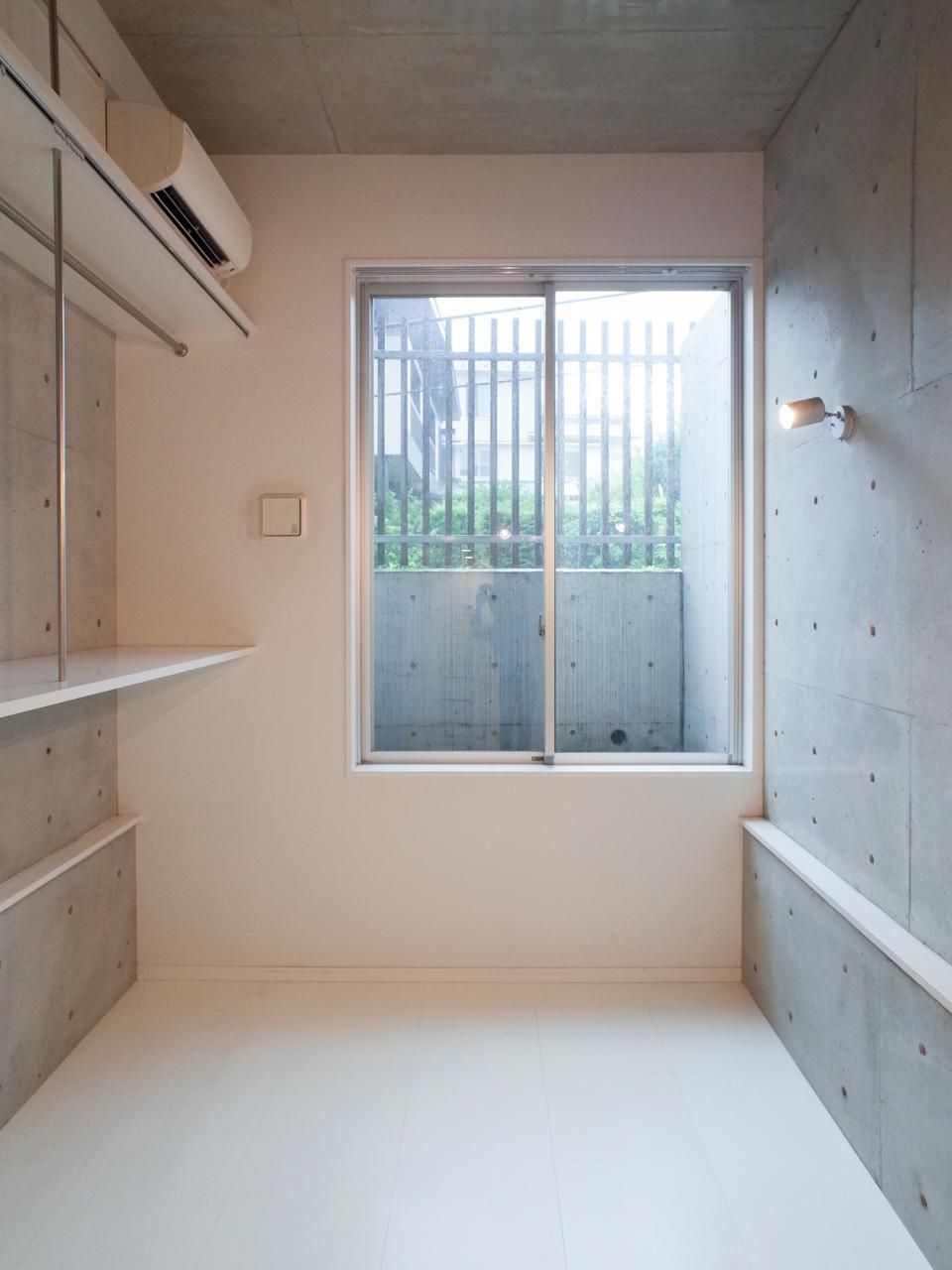 半地下の住戸ですが、白くて明るい気持ちのいい空間