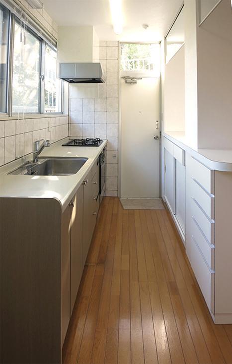 大きめで使いやすそうなキッチン。後ろのカウンターは収納