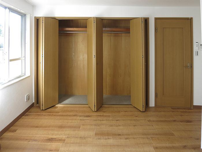 バルコニー側の寝室は、日差しが入り明るい!収納力、かなりあります