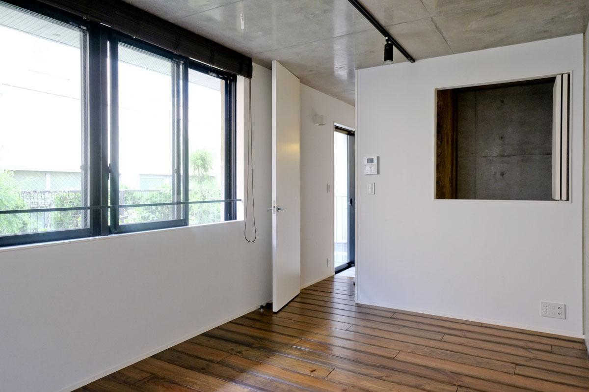1階:右側の小窓は閉められます