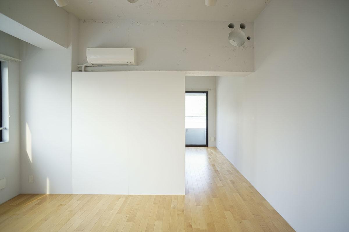 キッチンを背にした視点。リビングと寝室を仕切る壁はクローゼットになっている