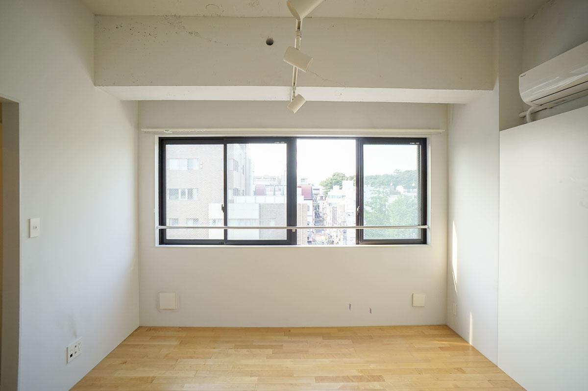 窓の向こうに邪魔なビルがなく、自然光がよく入り見通しもよい