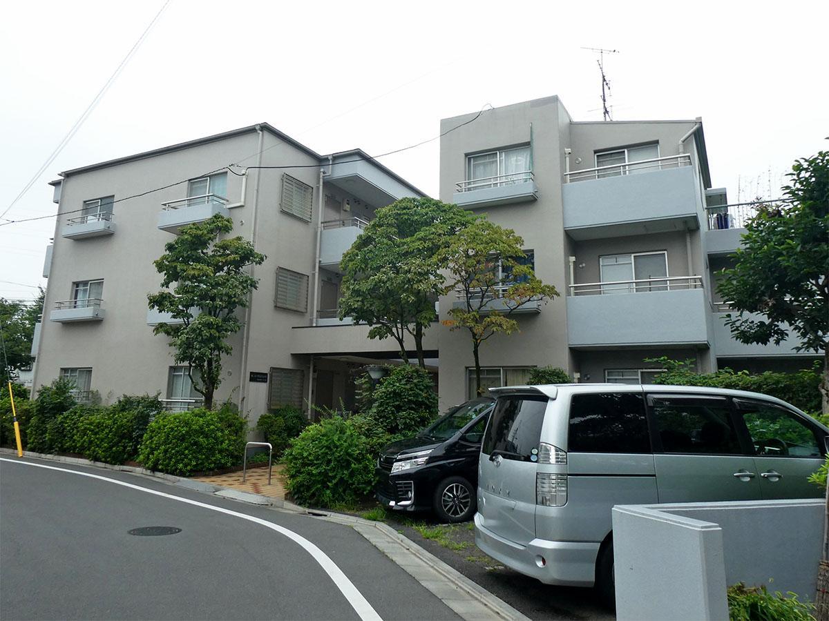 外観。マンションの右手に公園、裏側に神田川