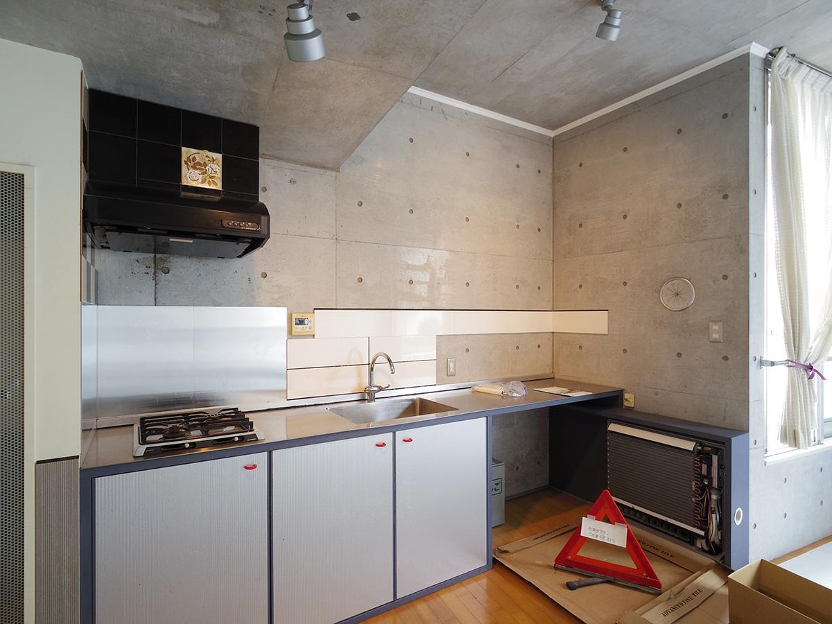 幅が広いキッチンカウンター。右側には置き型のエアコン