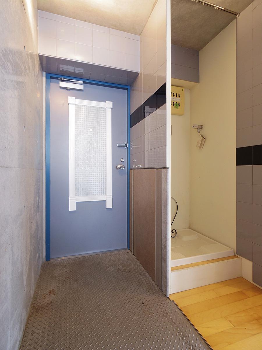 めずらしい鉄板の玄関。横が洗濯機置き場
