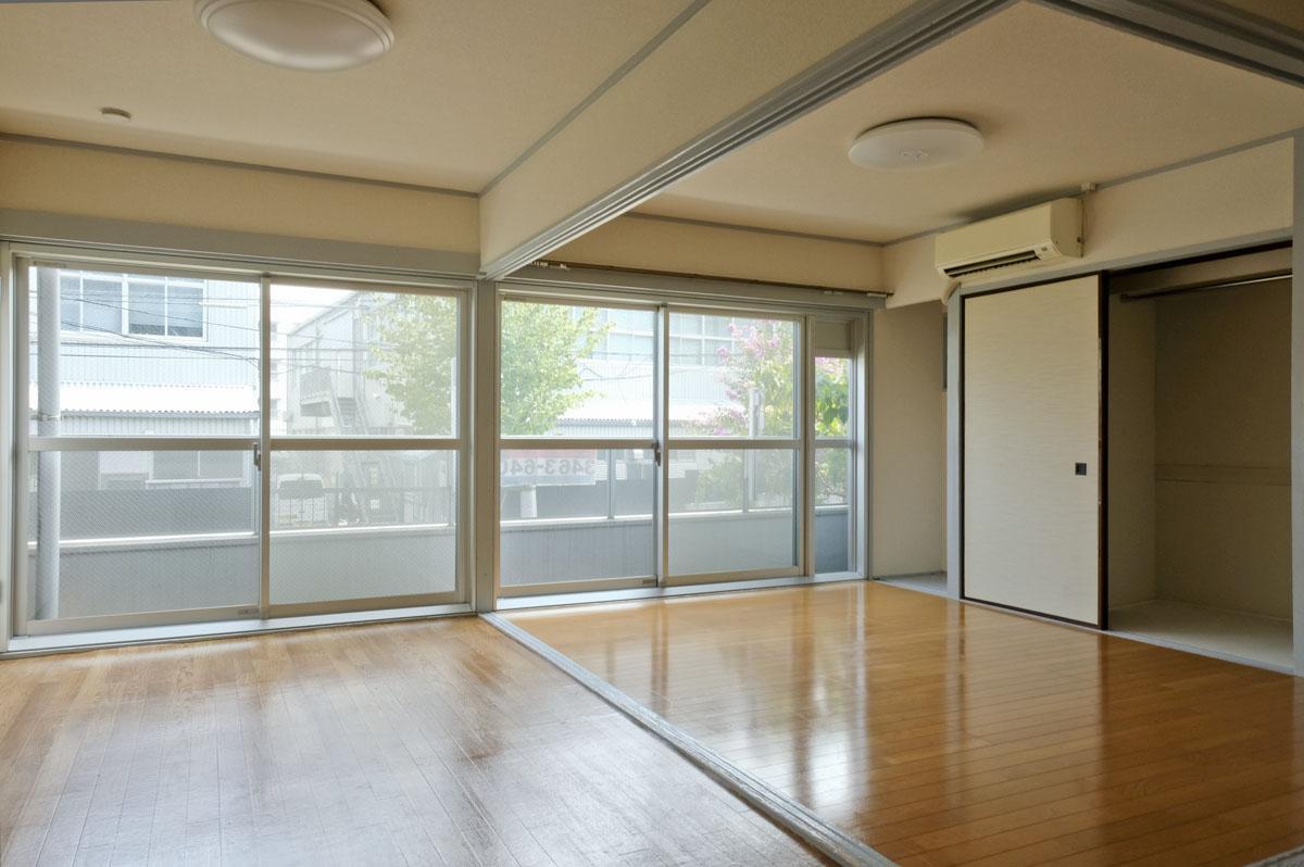 1B:ワイドな窓と、広いがらんどうの空間が魅力的