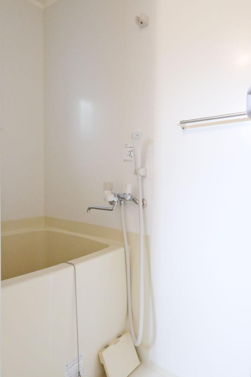 1B:浴槽はかなり狭く、足が伸ばせません