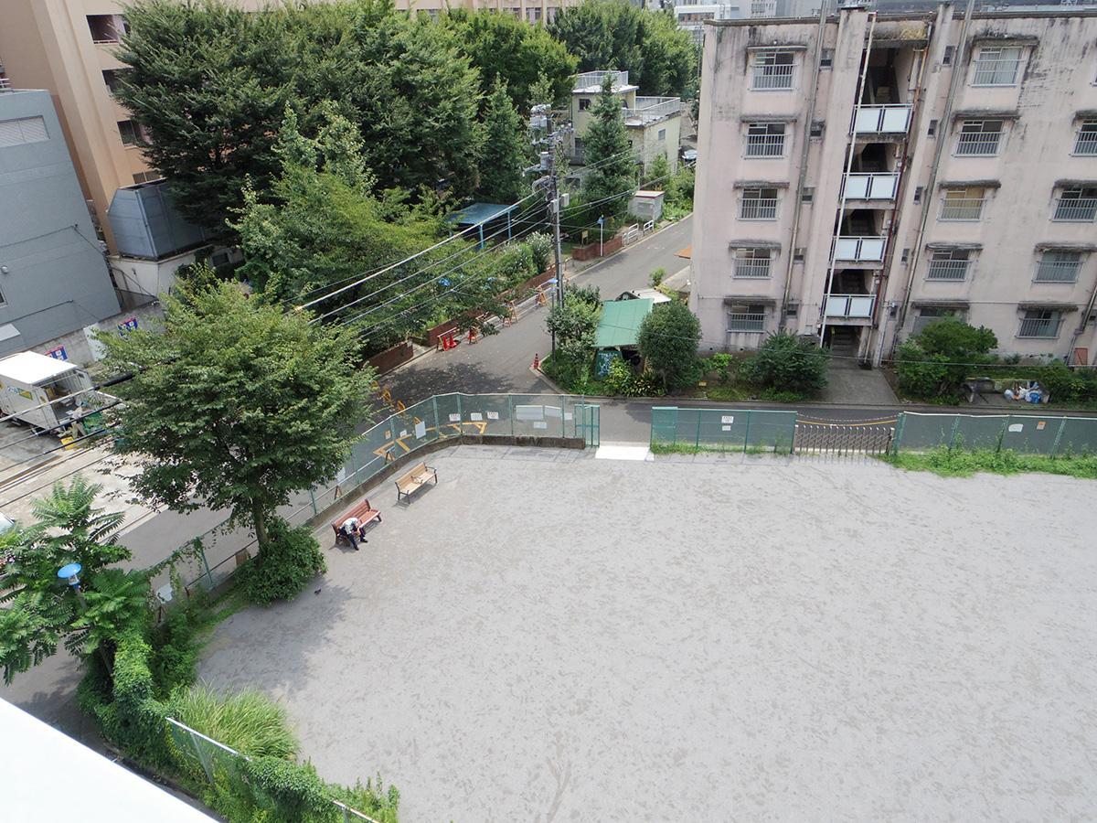 窓から下を見下ろすと公園や緑が見える