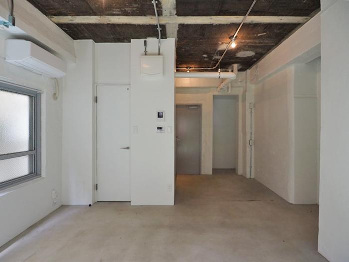 左手に水回り。廊下部分は棚などを置くのに十分な広さ