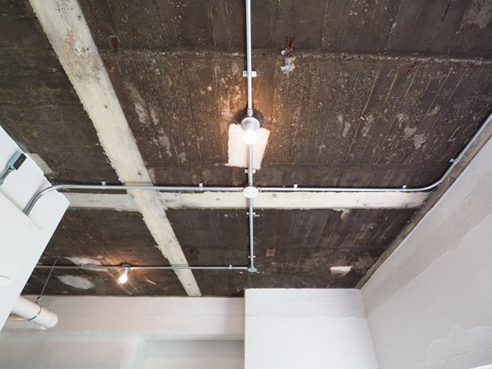 天井のコンクリートは黒。白く塗って明るさを足してもいいかも