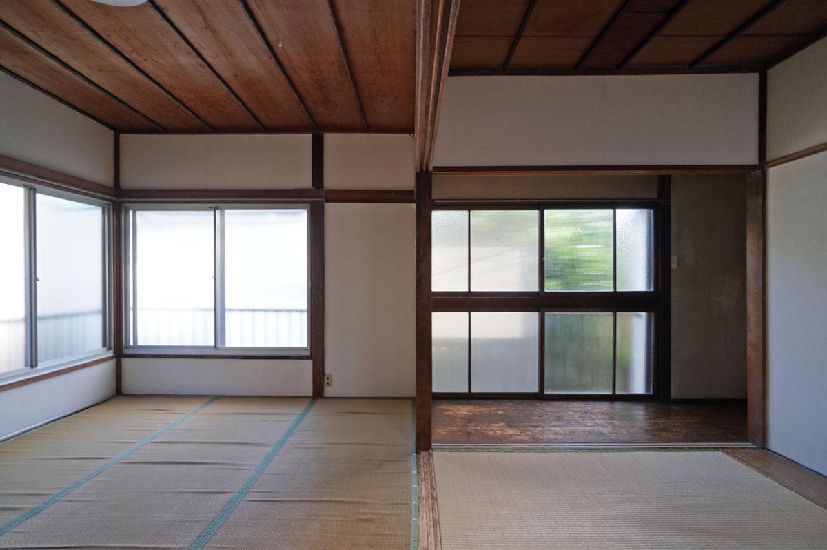レトロな木製建具の型ガラスの先に緑のシルエットが見えるのがいい