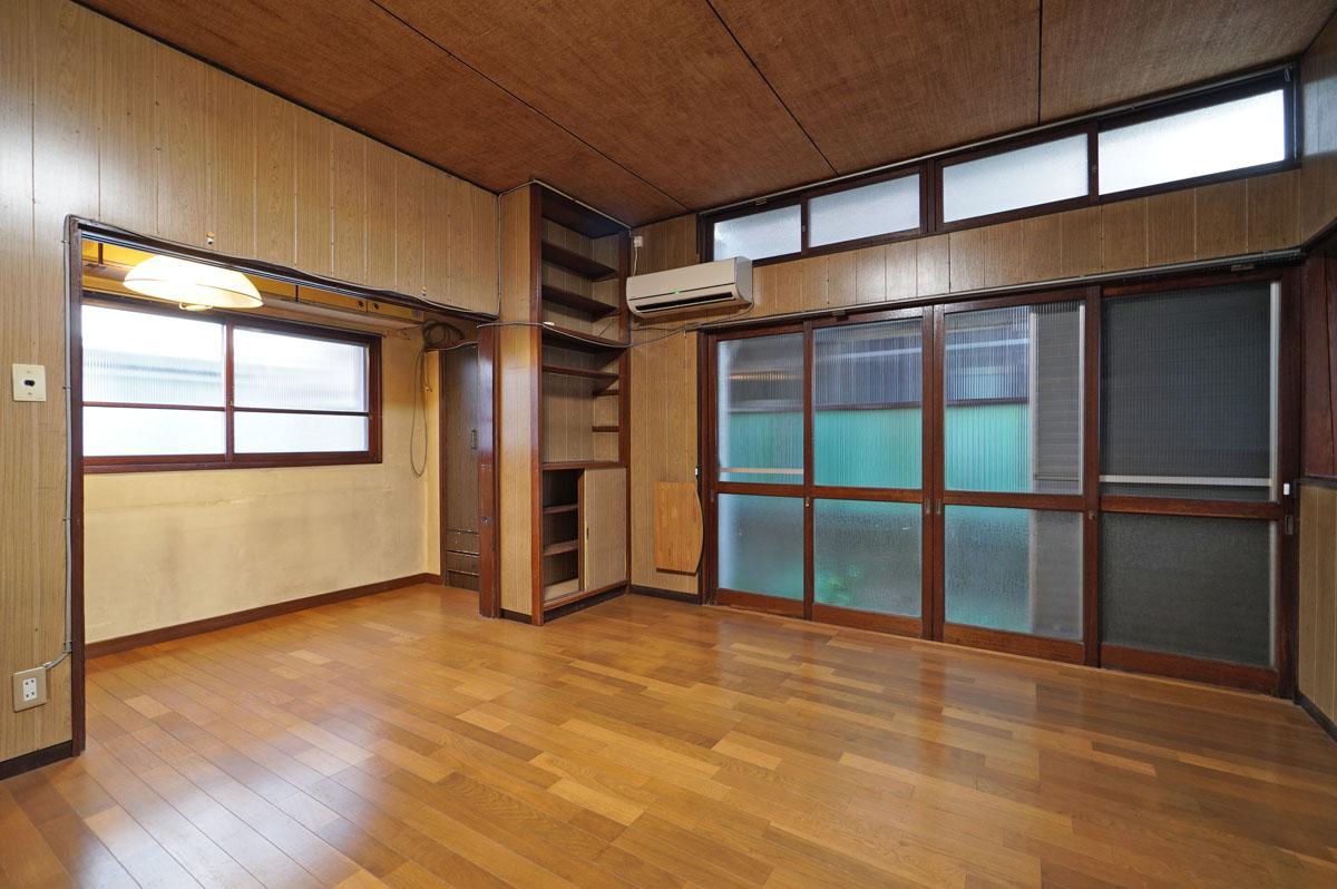 1階部分の壁、天井は年代を感じるテクスチャーですが木製サッシはいい雰囲気