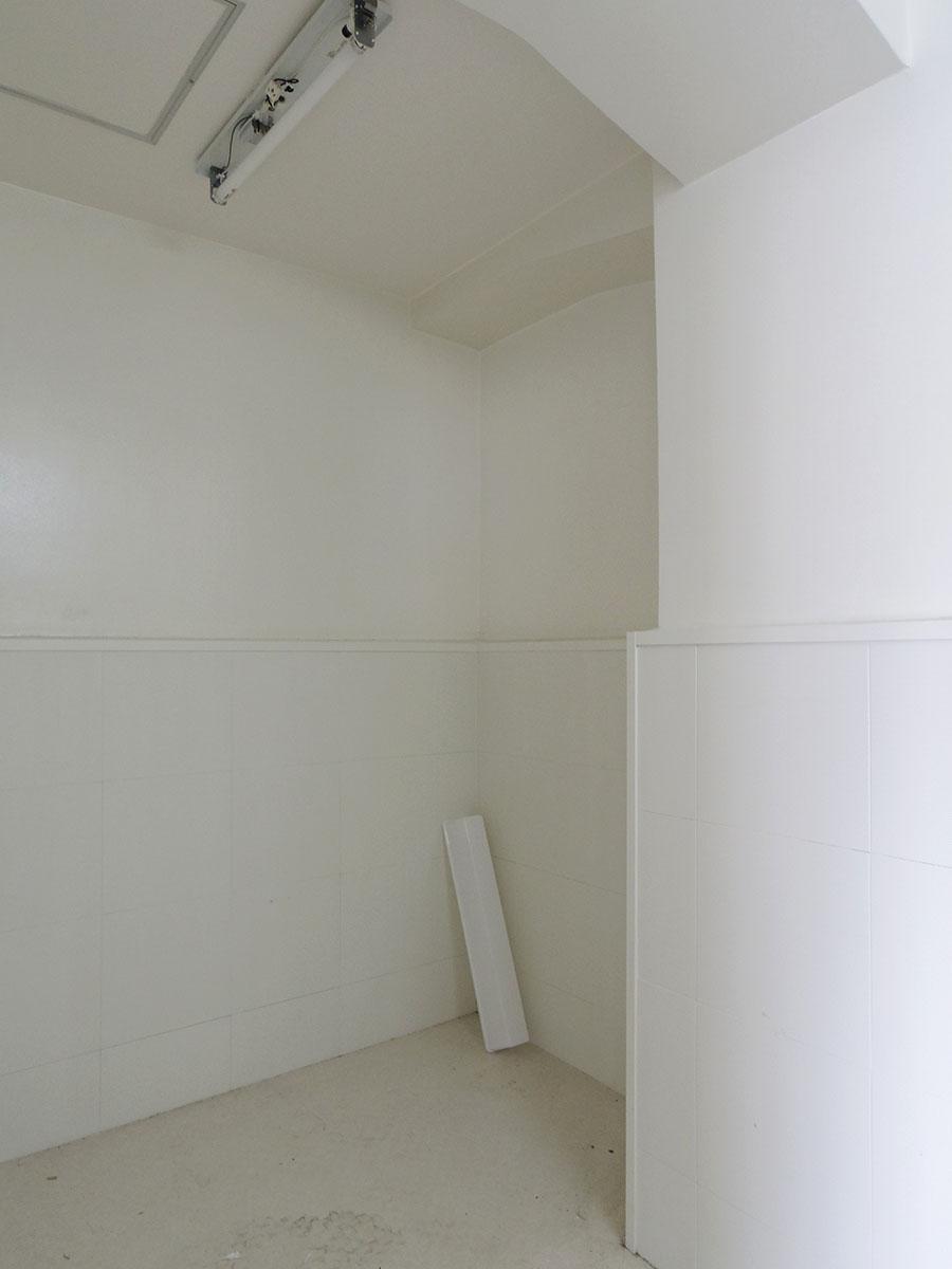 トイレと同室に物置きスペース