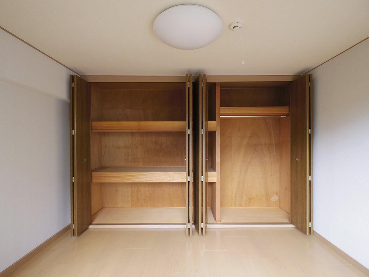 ベッドルームの収納は天井まで高さがある