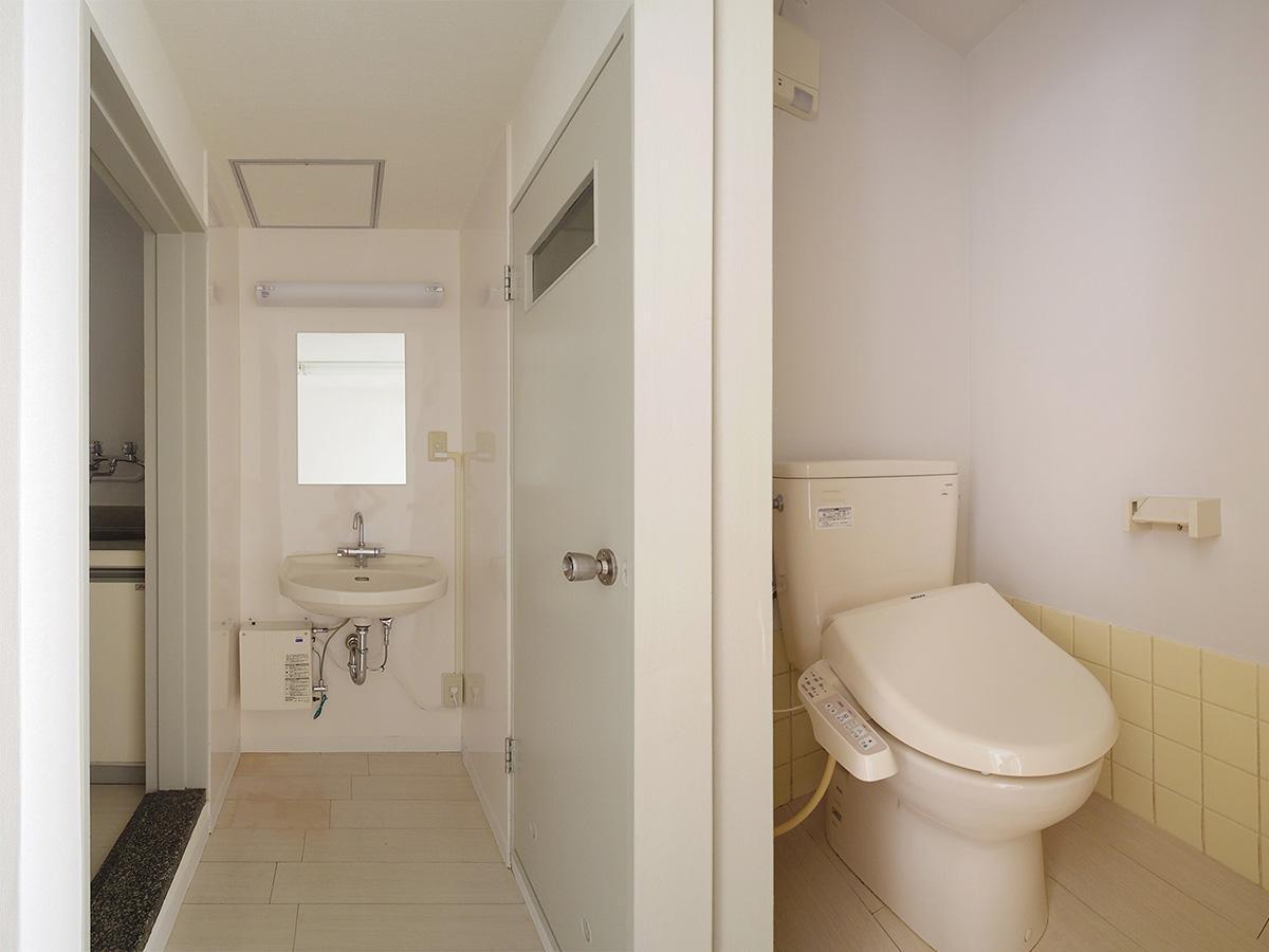 洗面の左手がキッチン、右手がトイレ