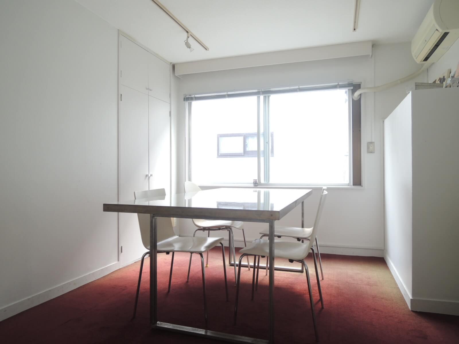 ひとつめの小部屋は、床を赤いタイルカーペットに。