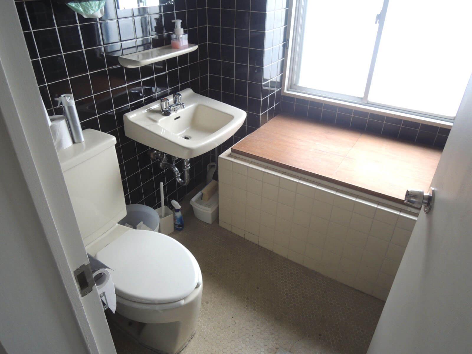 昔の名残があるバスルーム。今はトイレ洗面だけ使えます。