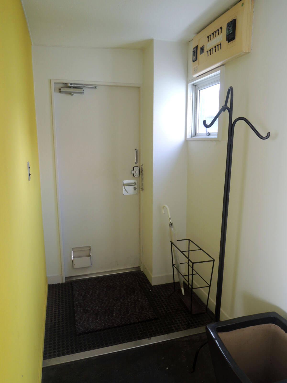 玄関は黄色のアクセントウォールで。